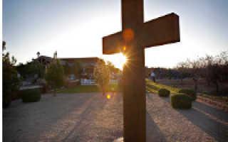 Могилы у дороги: зачем ставят кресты и памятники на трассах, как к этому относятся водители